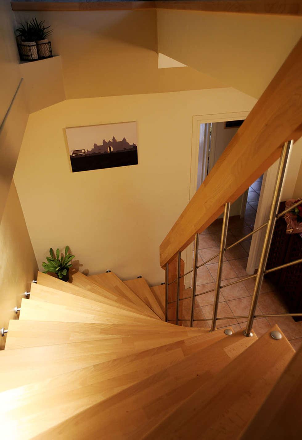 Main courante en bois: Couloir et hall d'entrée de style  par Passion Bois