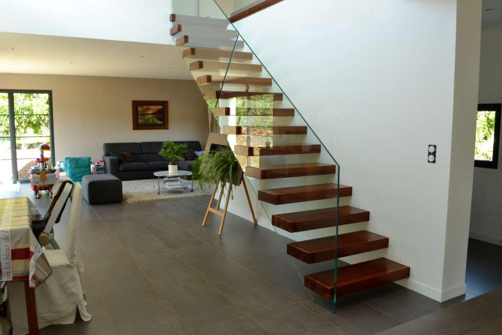 Escalier marche en porte à faux: Couloir et hall d'entrée de style  par Passion Bois