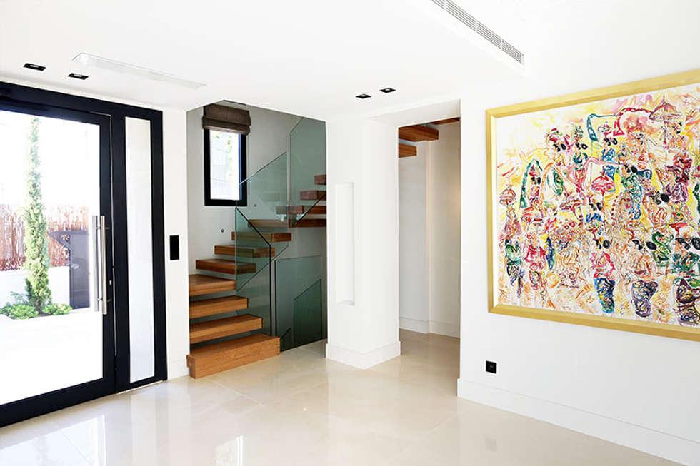 Escalier EGO: Couloir et hall d'entrée de style  par Passion Bois