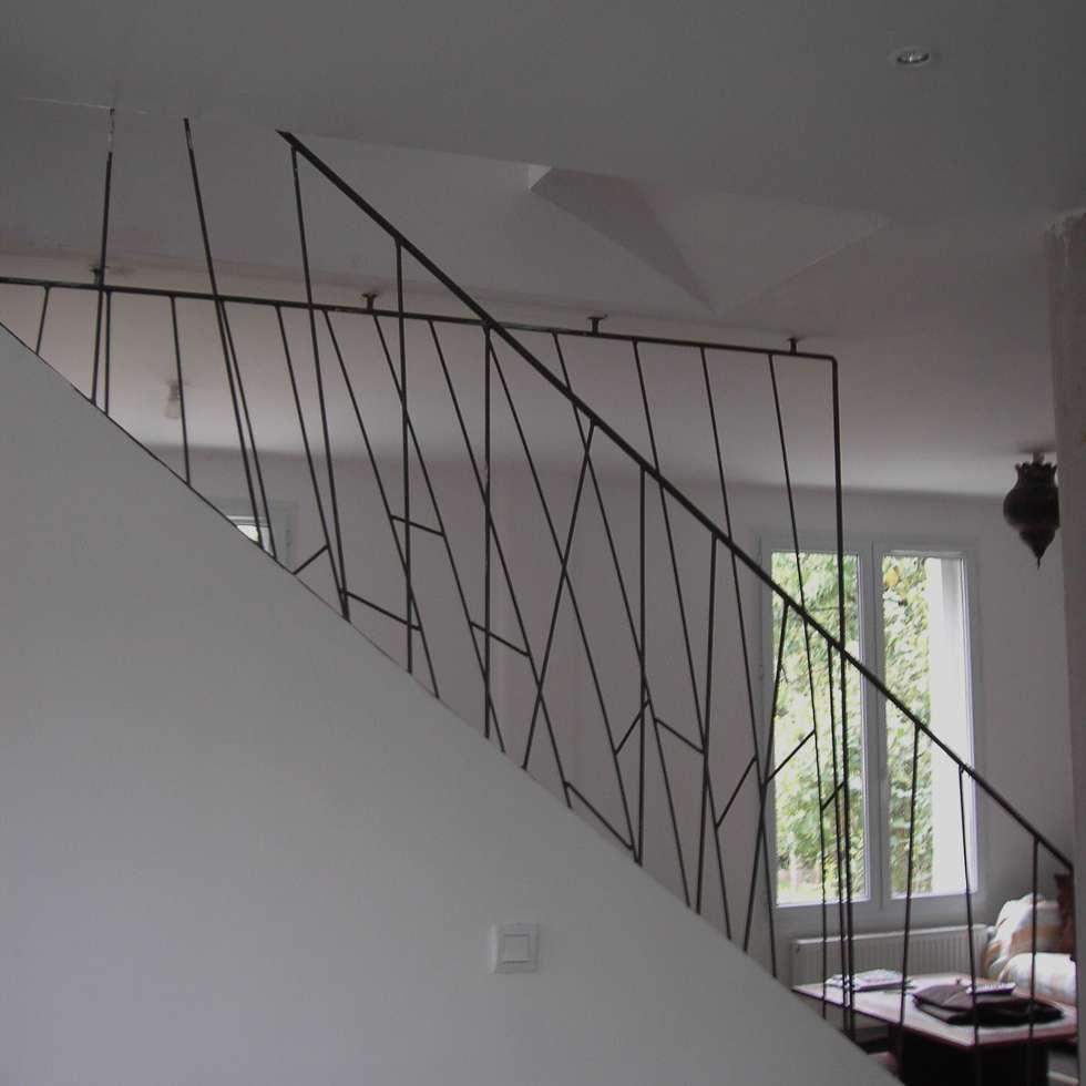 rampe d'escalier en acier Paris: Couloir et hall d'entrée de style  par ATELIER MACHLINE