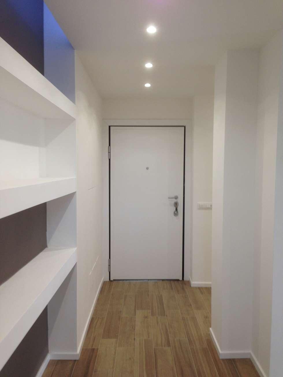Ingresso: Ingresso & Corridoio in stile  di Cozzi Arch. Mauro