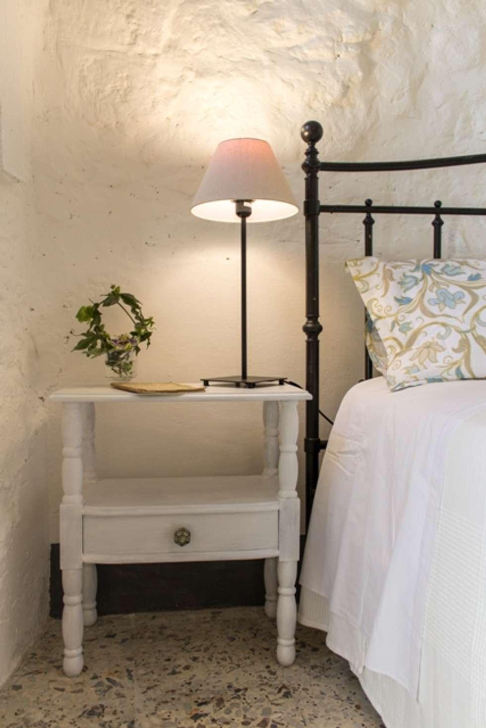 Relooking per un dammuso nella Val di Noto. : Camera da letto in stile in stile Mediterraneo di Boite Maison
