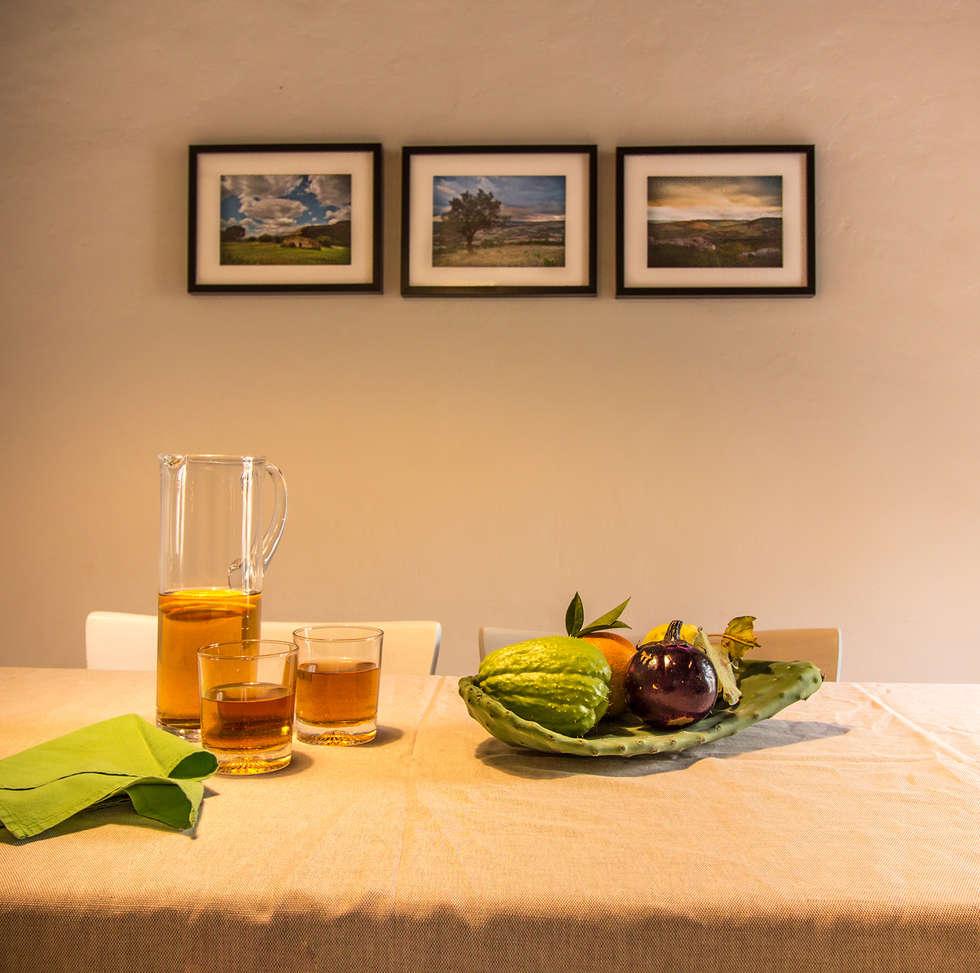 Relooking per un dammuso nella Val di Noto. : Sala da pranzo in stile in stile Mediterraneo di Boite Maison