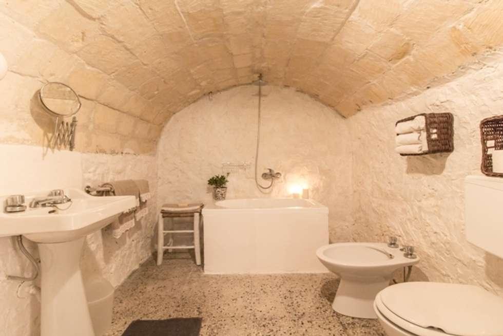 Relooking per un dammuso nella Val di Noto. : Bagno in stile in stile Mediterraneo di Boite Maison