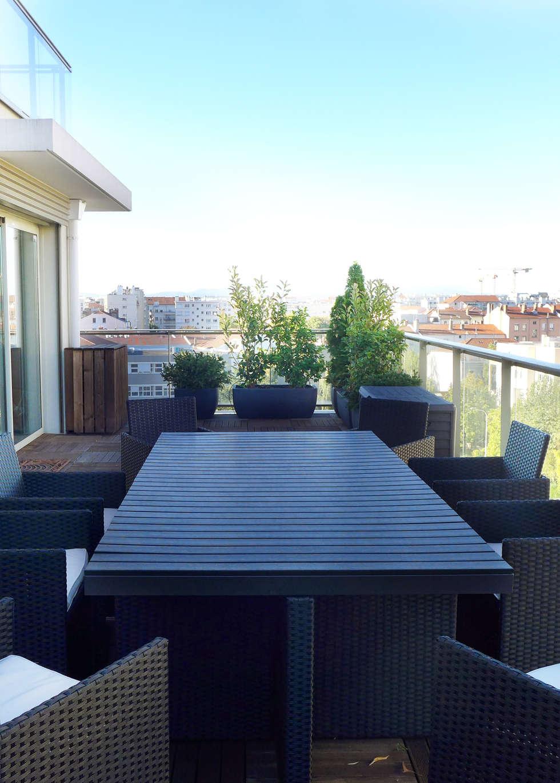 Une terrasse tout en longueur: Terrasse de style  par Skéa Designer