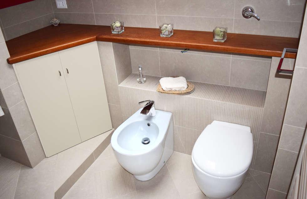 Bagno sottotetto: Bagno in stile in stile Moderno di Fabio Ricchezza architetto