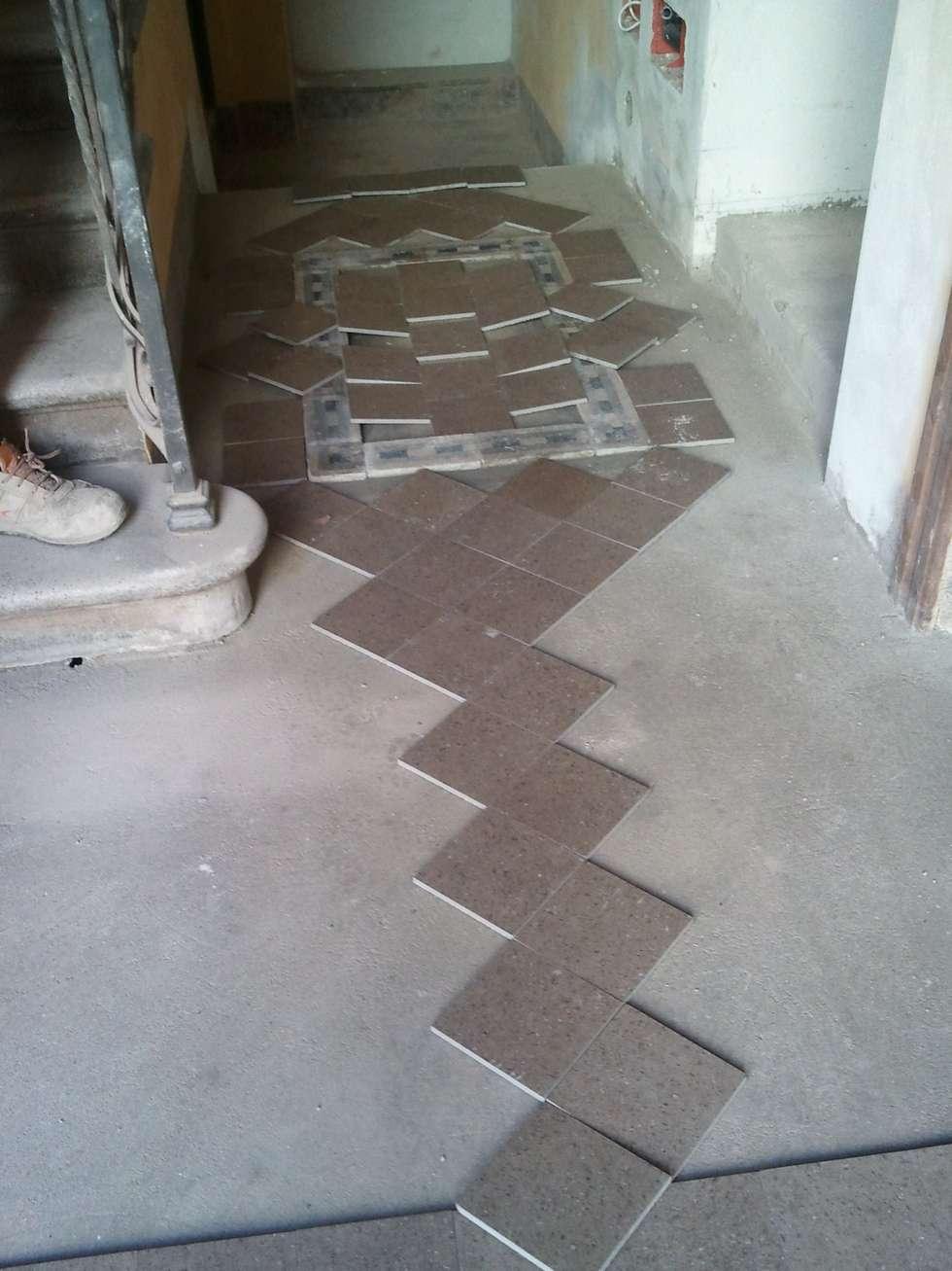 Schemi di posa pavimentazione: Ingresso & Corridoio in stile  di Fabio Ricchezza architetto