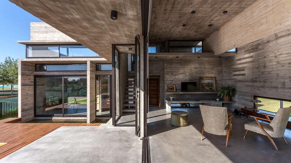 Casa Berazategui: Garajes de estilo moderno por Besonías Almeida arquitectos
