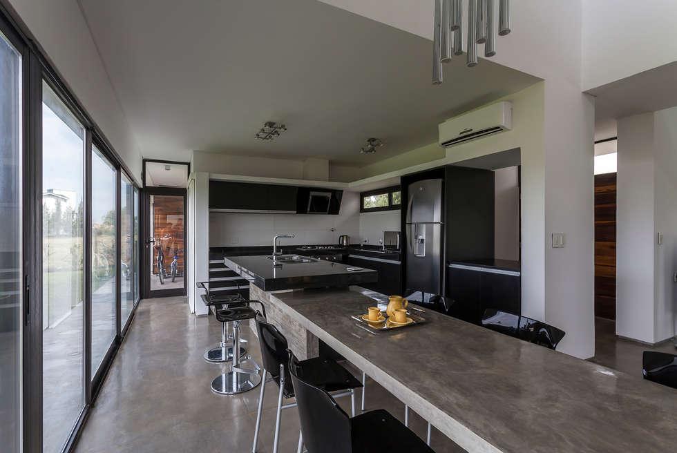 Casa San Benito: Cocinas de estilo moderno por Besonías Almeida arquitectos