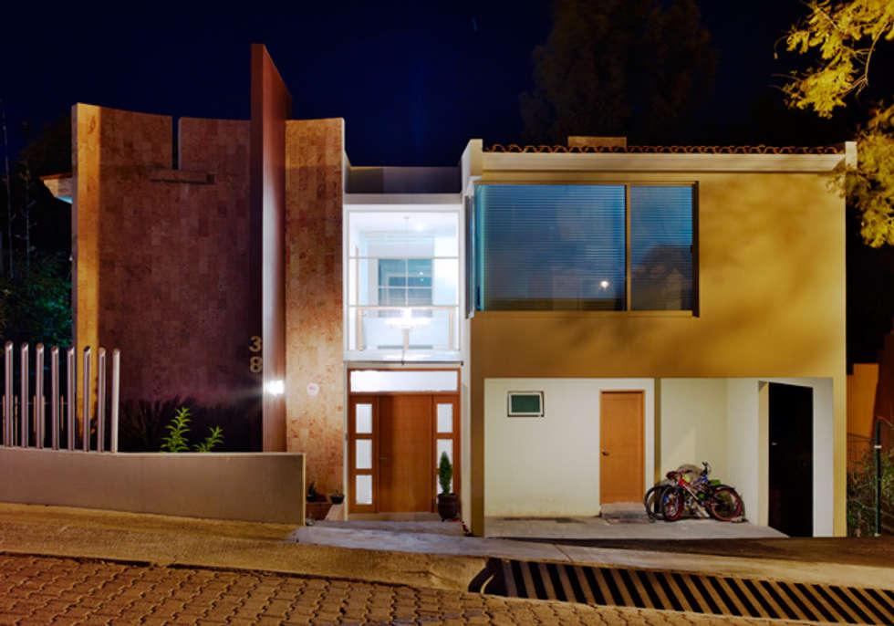 FACHADA NOCTURNA: Casas de estilo minimalista por Excelencia en Diseño