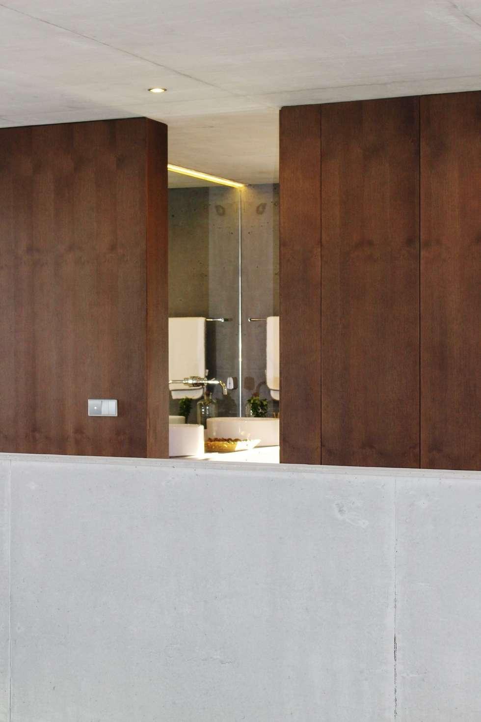 casa SS interiors: Casas de banho modernas por Artspazios, arquitectos e designers