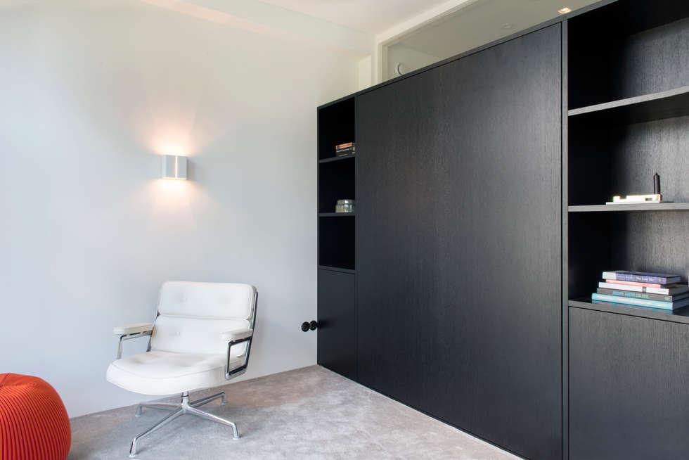 Kastenwand met uitklapbed van zwart eiken: moderne woonkamer door ...
