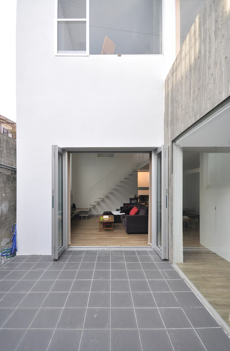 SMZT-HOUSE: 門一級建築士事務所が手掛けたベランダです。