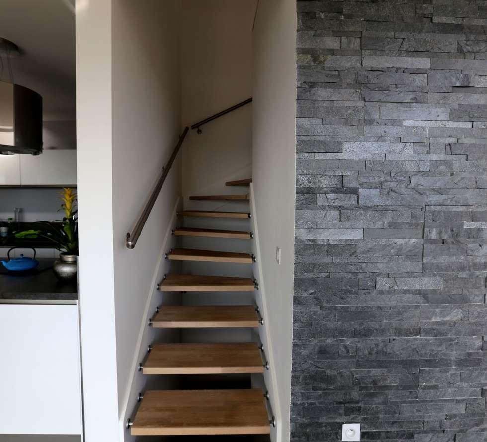 Escalier suspendu en chêne: Couloir et hall d'entrée de style  par Passion Bois