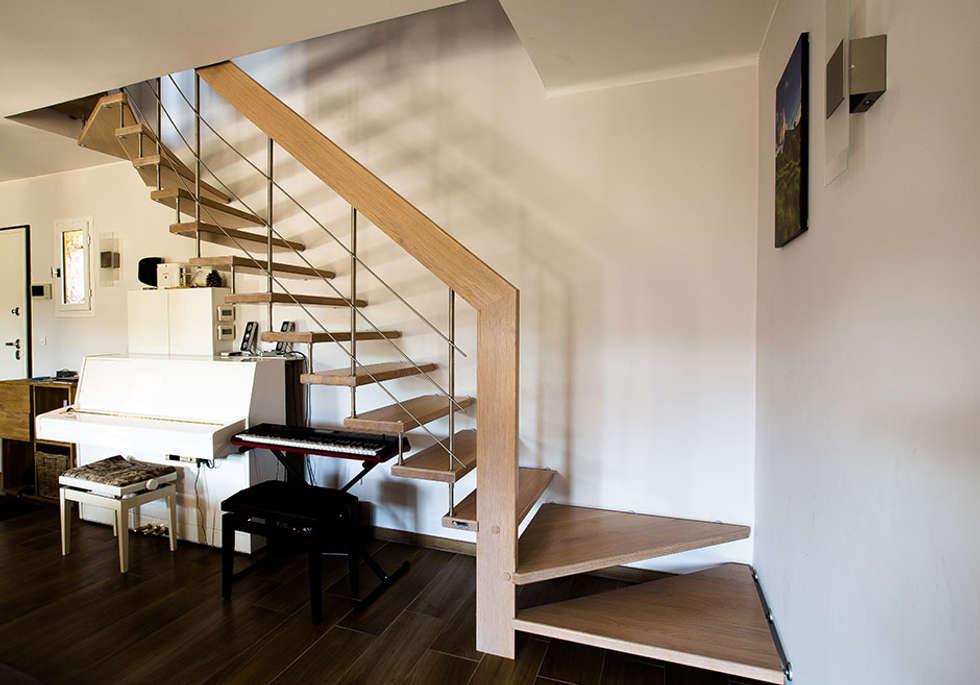 Bel escalier suspendu: Couloir et hall d'entrée de style  par Passion Bois