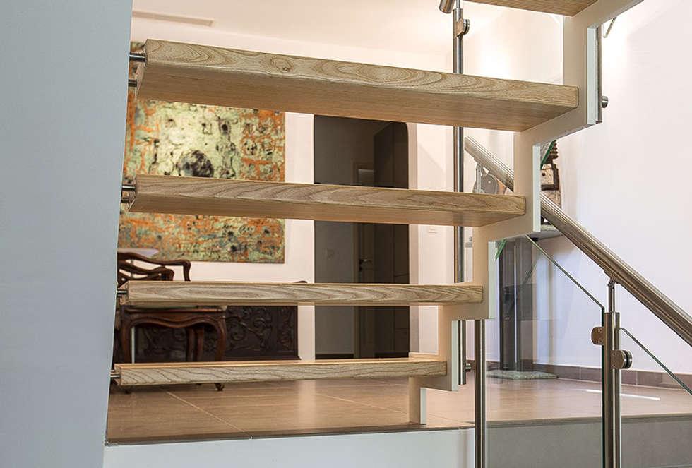 Escalier Ferro: Couloir et hall d'entrée de style  par Passion Bois