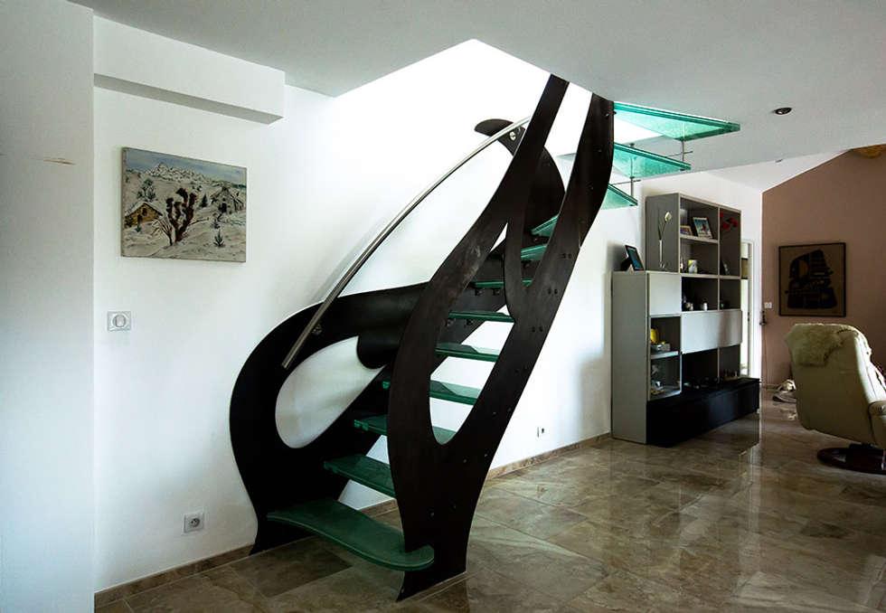 Escalier métal et verre: Couloir et hall d'entrée de style  par Passion Bois