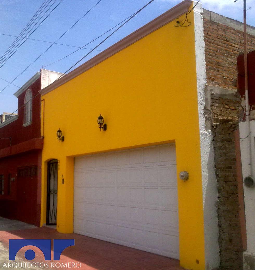 Fachada principal: Casas de estilo colonial por Arquitectos Romero