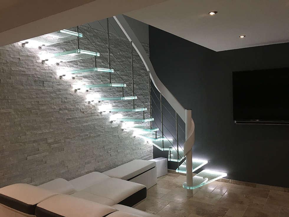 Escalier contemporain en verre: Couloir et hall d'entrée de style  par Passion Bois