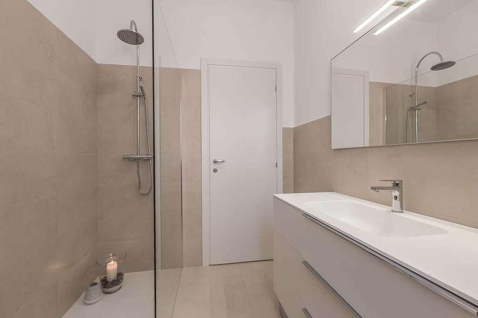 Bagno con grandissimo box doccia walk in bagno in stile in stile moderno di facile for Bagno moderno con doccia