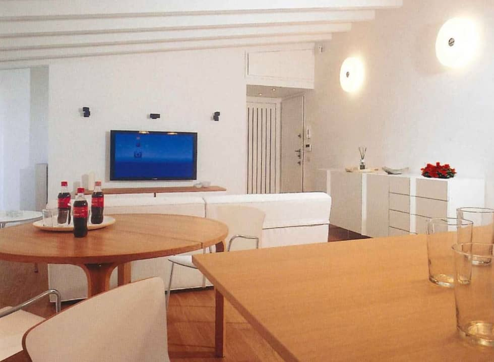 Zona salotto dedicata all'home theatre della tv: Sala multimediale in stile  di Fabio Carria