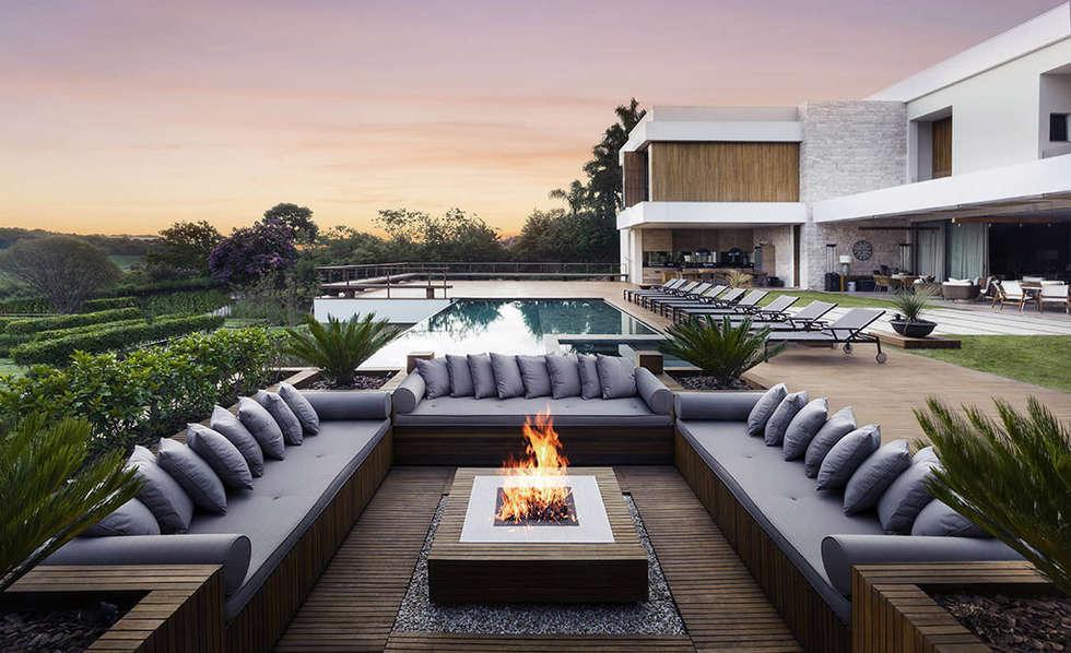 Jardin réalisé autour de l´harmonie, nature et habitat:  Terrasse von Paul Marie Creation