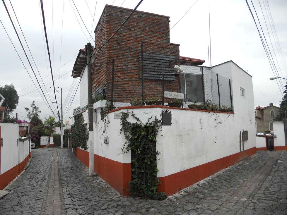 Fachada Sur-Poniente: Estudios y oficinas de estilo moderno por Habitaespacio