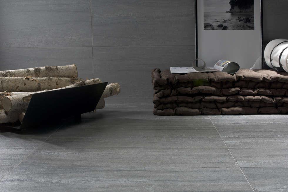 Gres porcellanato effetto pietra cenere - KA 7001 : Soggiorno in stile in stile Moderno di ItalianGres
