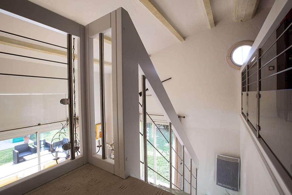 Garde-corps et main courante blancs: Couloir et hall d'entrée de style  par Passion Bois