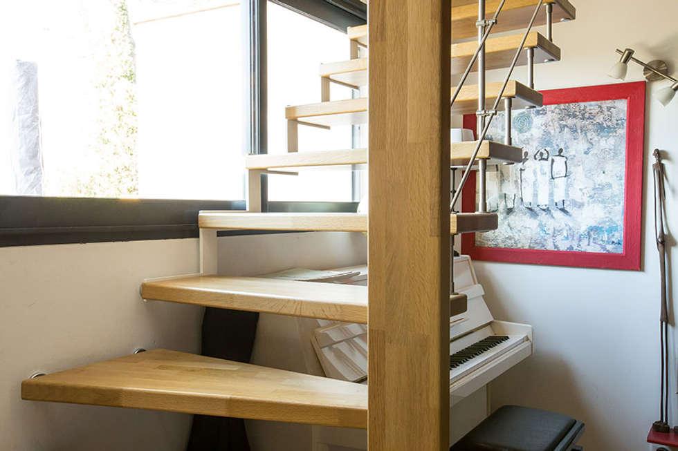 Escalier suspendu au limon crémaillère: Couloir et hall d'entrée de style  par Passion Bois