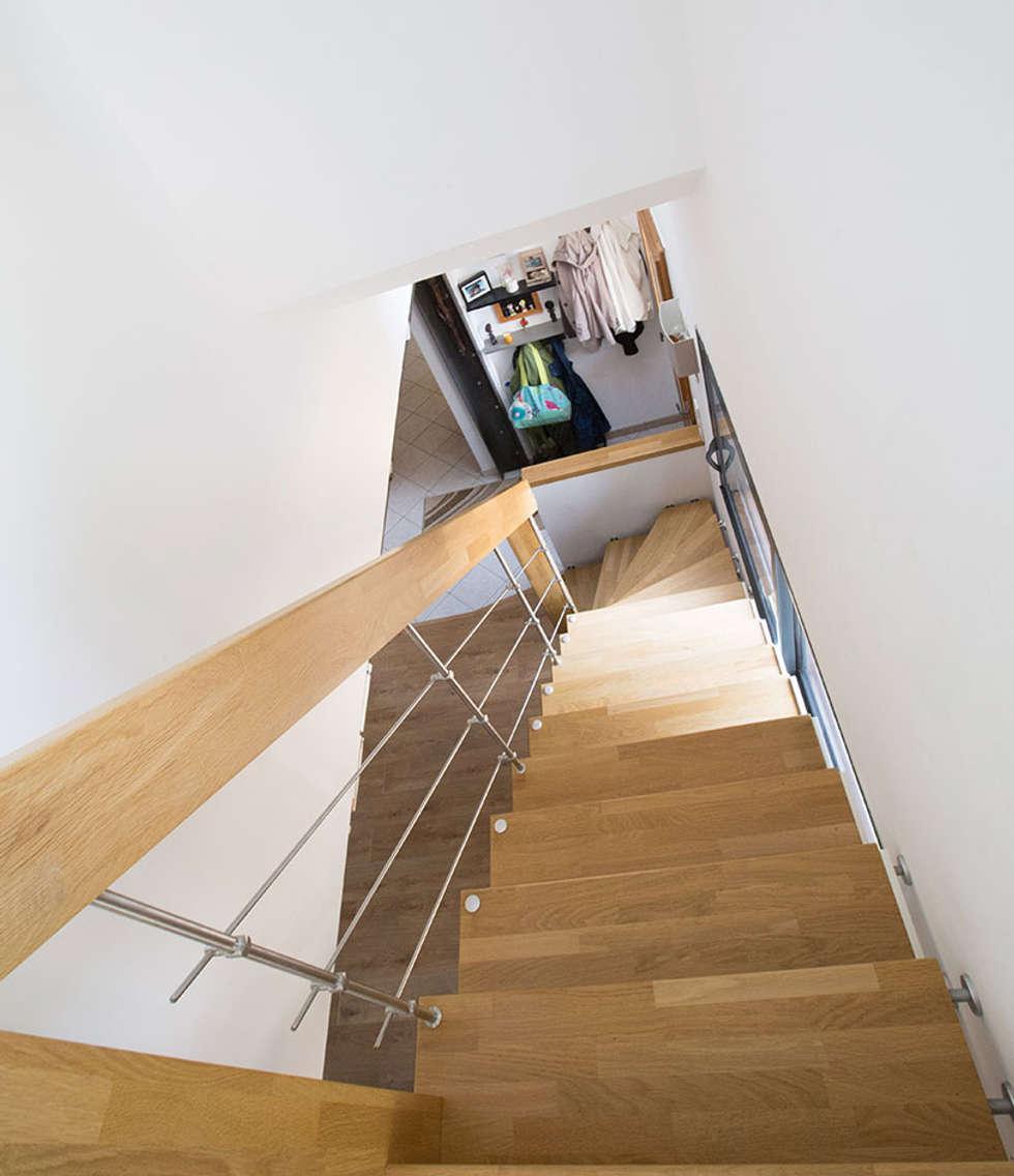 Escalier suspe,ndu: Couloir et hall d'entrée de style  par Passion Bois