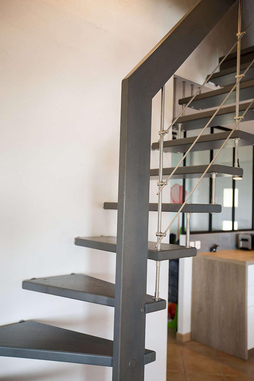 Escalier gris : Couloir et hall d'entrée de style  par Passion Bois