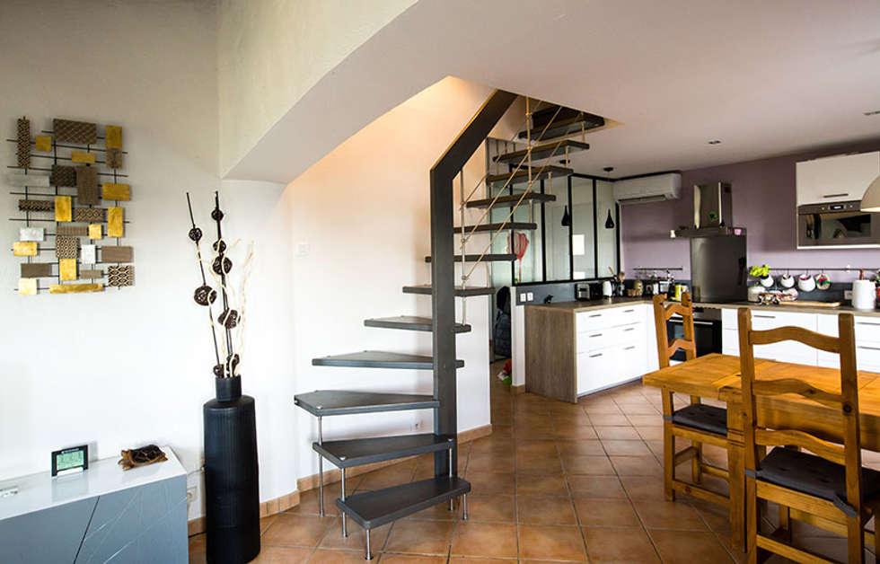 Escalier gris suspendu: Couloir et hall d'entrée de style  par Passion Bois