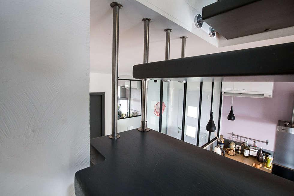 Harpe sur escalier suspendu : Couloir et hall d'entrée de style  par Passion Bois