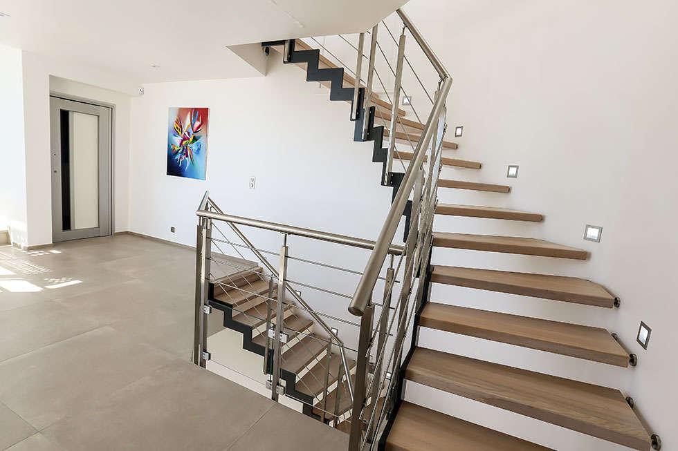 Double escalier ferro : Couloir et hall d'entrée de style  par Passion Bois