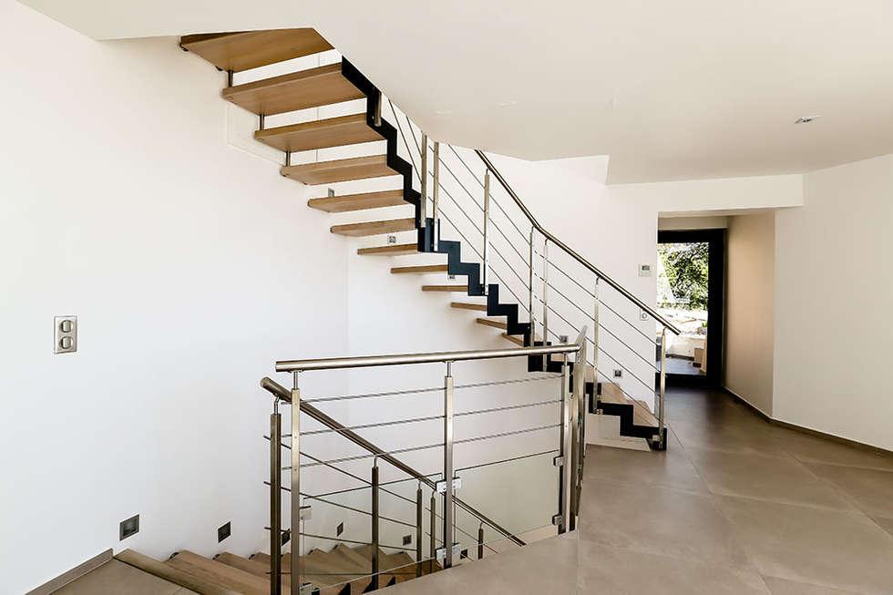 Escalier bois et métal: Couloir et hall d'entrée de style  par Passion Bois