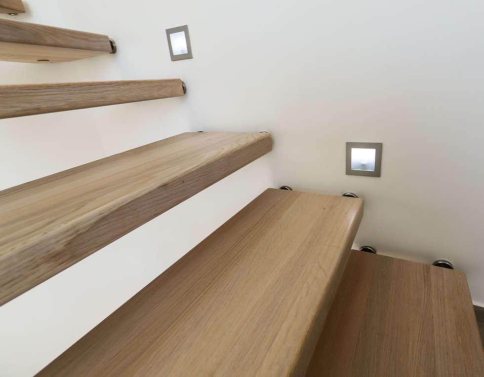 Eclairage: Couloir et hall d'entrée de style  par Passion Bois