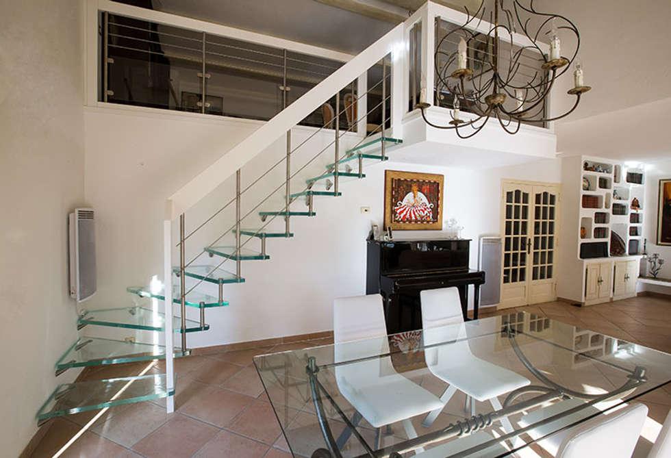 Escalier en verre: Couloir et hall d'entrée de style  par Passion Bois