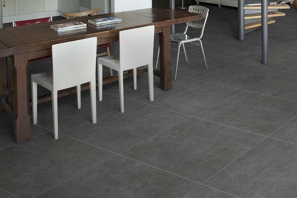 Gres porcellanato effetto cemento grigio - EX 1005: Soggiorno in stile in stile Industriale di ItalianGres