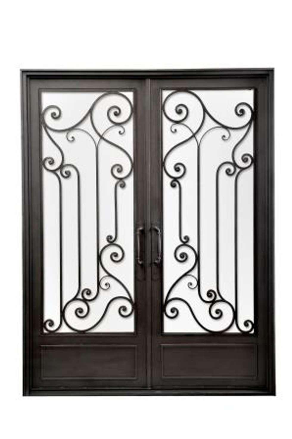 Puerta de entrada de hierro forjado: Casas de estilo clásico por DEL HIERRO DESIGN