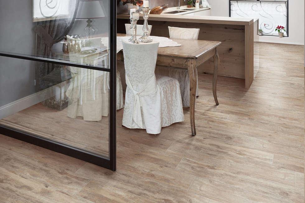 Gres porcellanato effetto legno tortora - TI 1003: Soggiorno in stile in stile Classico di ItalianGres