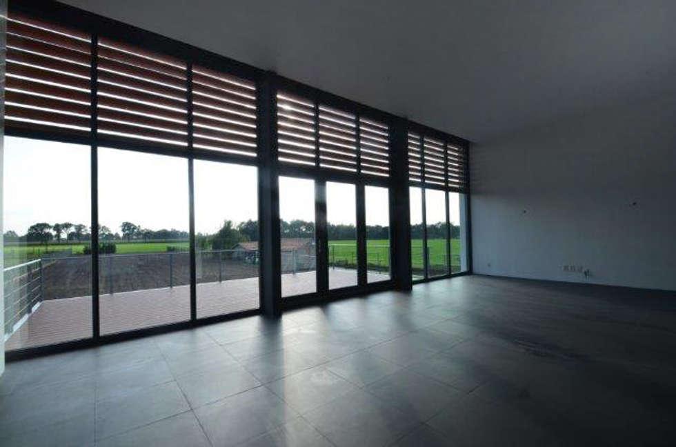 Black & White: moderne Woonkamer door ENA architecten