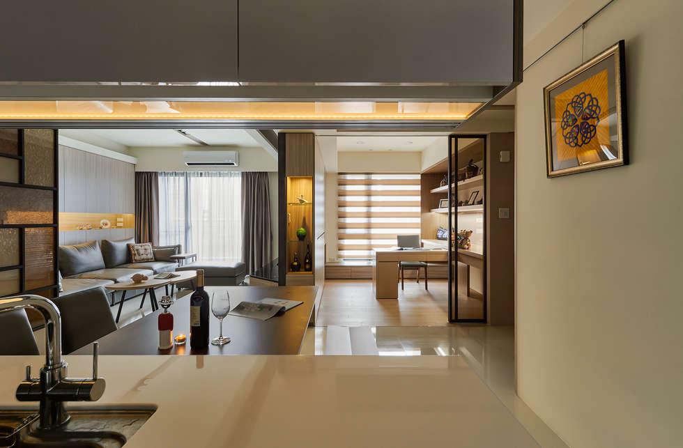 變更書房牆門,優化餐廳視野與採光:  書房/辦公室 by 青瓷設計工程有限公司