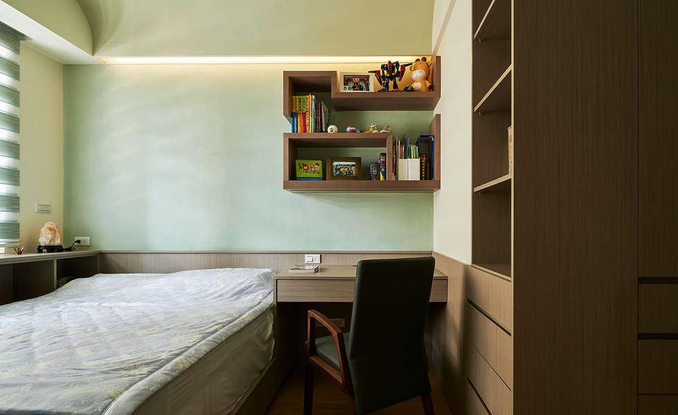 小孩房強調收納機能與健康訴求:  書房/辦公室 by 青瓷設計工程有限公司