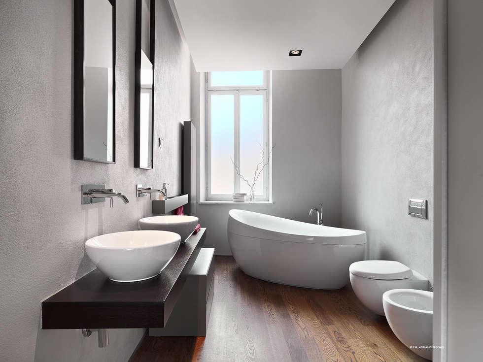 Appartamento in centro storico: Bagno in stile in stile Moderno di studio antonio perrone architetto