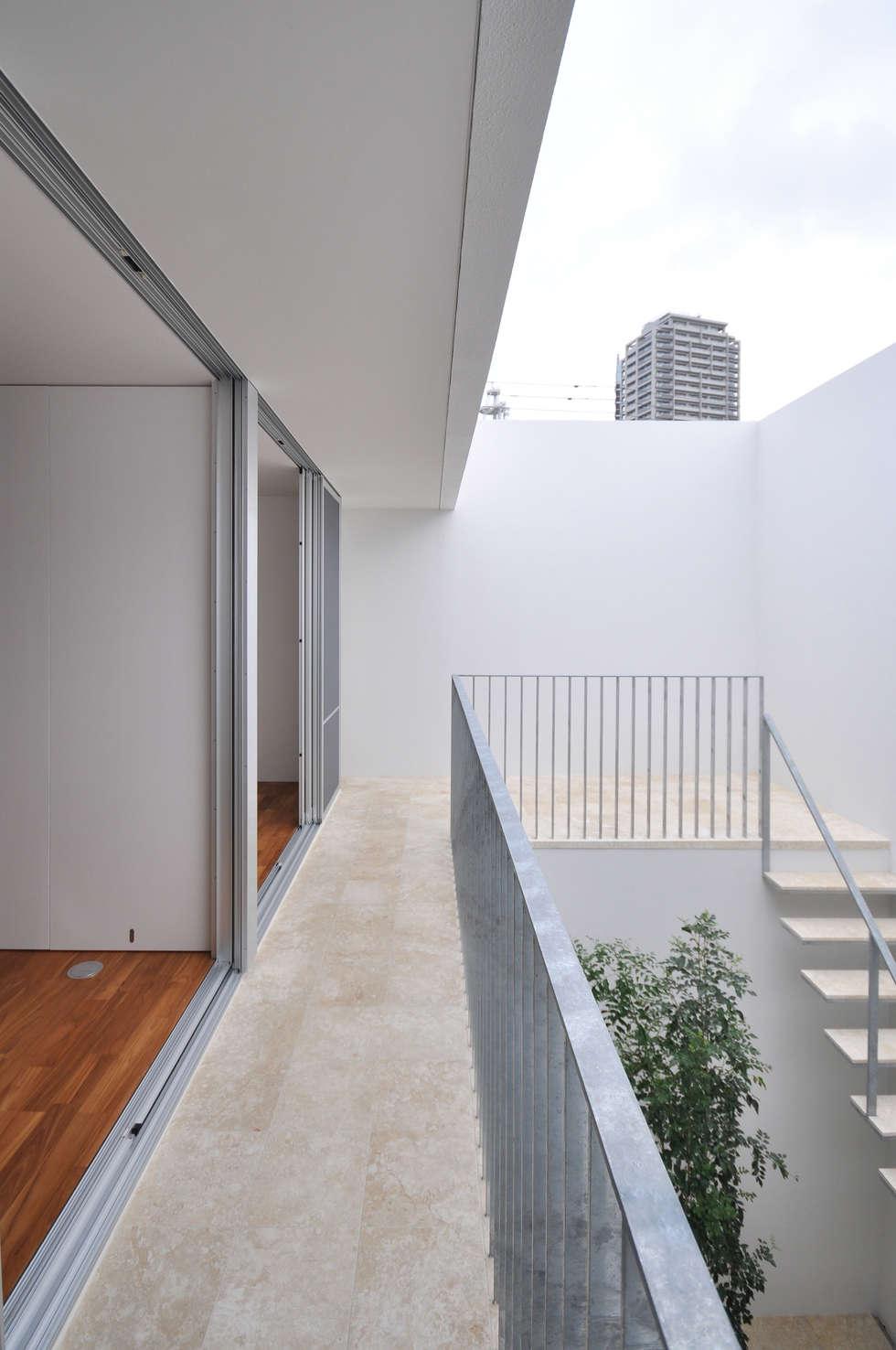 UM-HOUSE: 門一級建築士事務所が手掛けたベランダです。