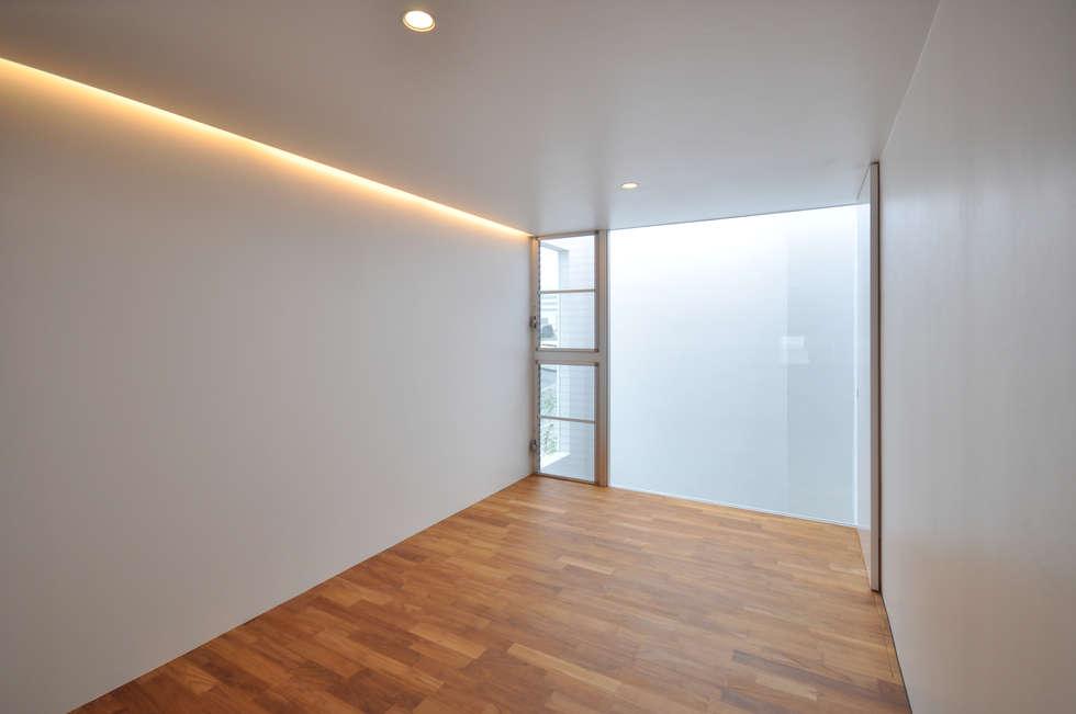 UM-HOUSE: 門一級建築士事務所が手掛けた寝室です。