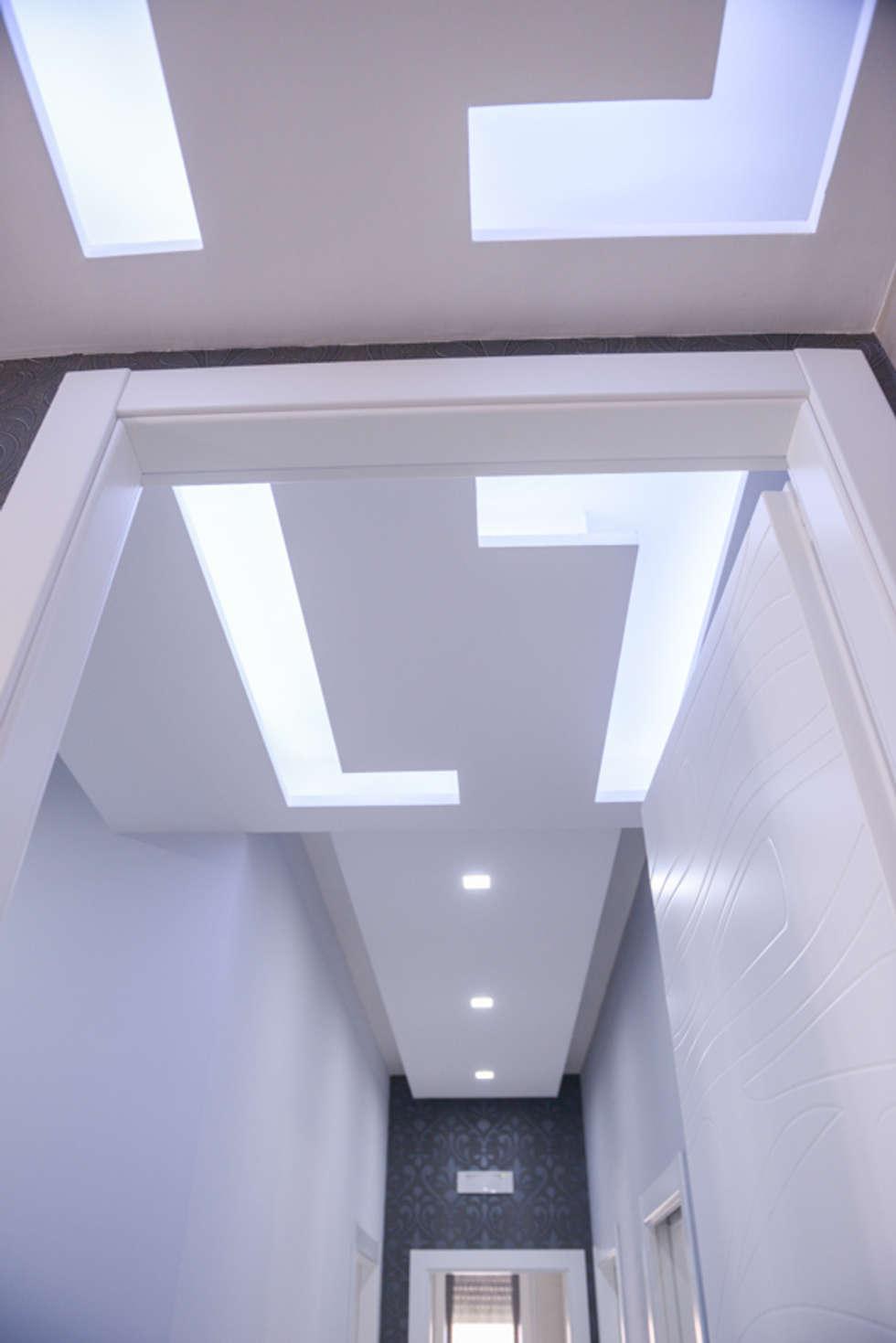 a casa di Leonardo e Iole: Ingresso, Corridoio & Scale in stile in stile Moderno di yesHome