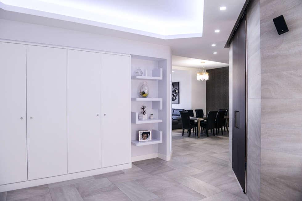 a casa di Leonardo e Iole: Ingresso & Corridoio in stile  di yesHome
