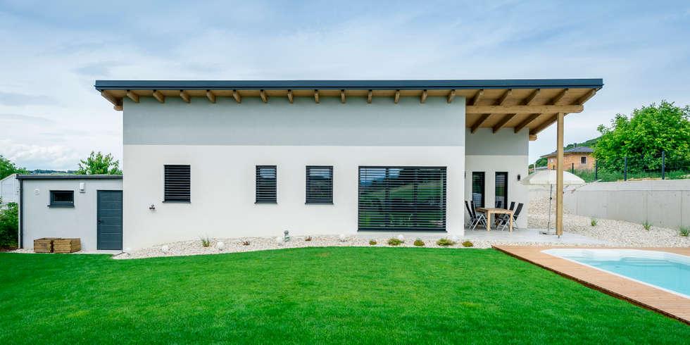 Moderne Häuser Bilder: Bungalow mit Terrasse und Pool | homify